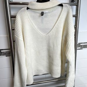 WHITE KNIT TOP WITH CHOKER NECK